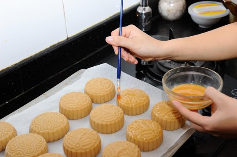 Để bánh nướng đẹp mắt, bạn nên phết một lớp hỗn hợp lên trên để nướng lần 2