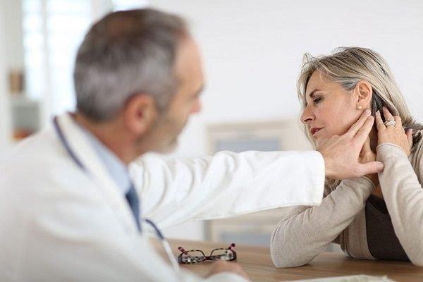 Bác sĩ khám cổ bệnh nhân