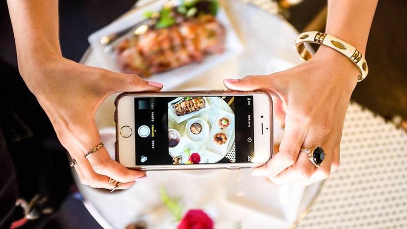 chụp ảnh đồ ăn đưa lên mạng