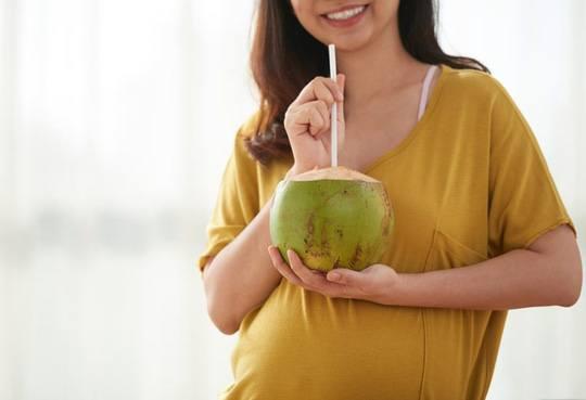Mẹ bầu uống nước dừa