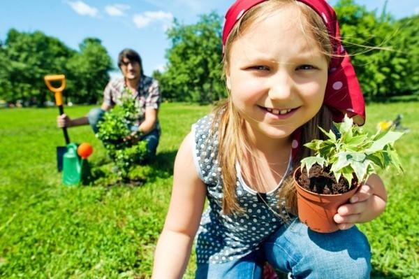 Bé trồng cây xanh yêu môi trường