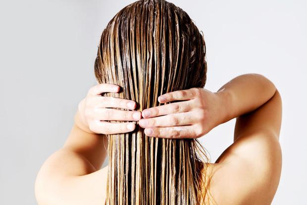 Dùng dầu xả để tóc mềm mượt hơn