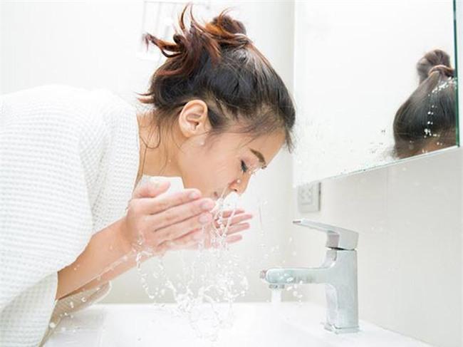 Rửa mặt với nước ấm sau khi làm việc