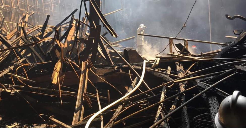Sân khấu chính cháy trơ khung sắt