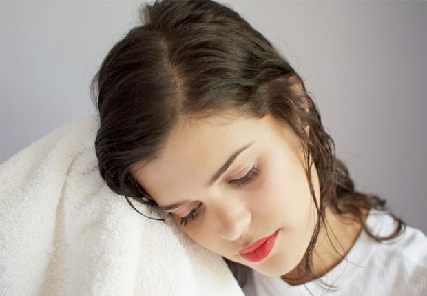 Tránh lau tóc bằng khăn khô cứng
