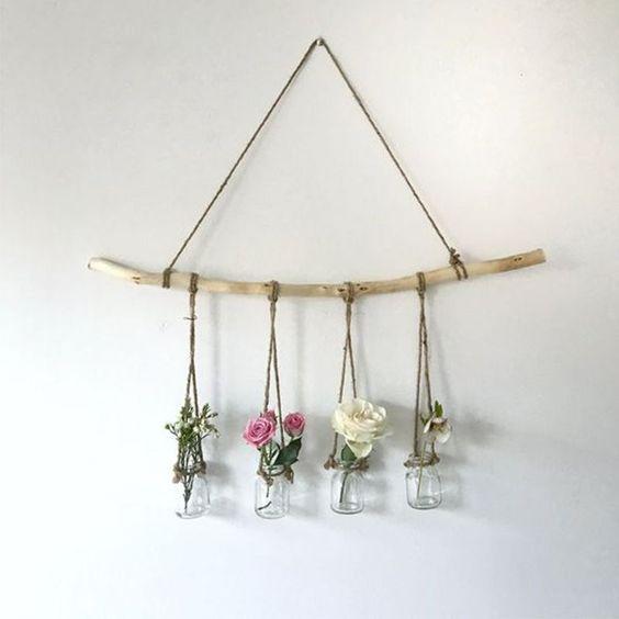 Trang trí bằng hoa giúp căn phòng tươi tắn hơn