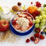 Mách bạn thực đơn Clean Eating với cháo yến mạch và hoa quả