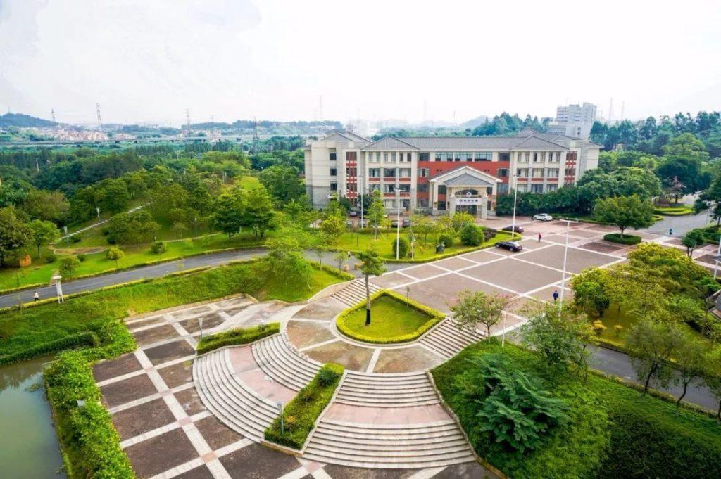 khung cảnh từ xa của trường.