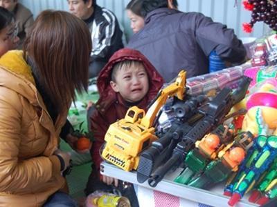 Trẻ đòi mua đồ chơi ngày tết trung thu