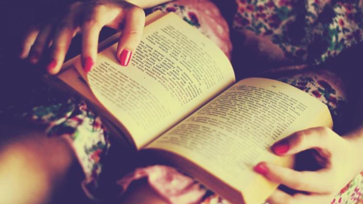 ĐỌc sách còn mang lại nhiều lợi ích về giấc ngủ và sức khỏe con người