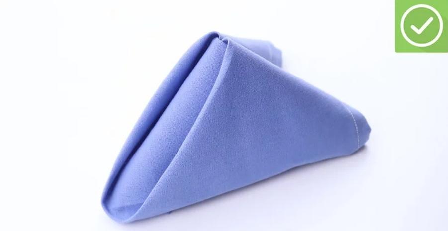 Dựng đứng chiếc khăn là có ngay một chiếc kim tự tháp