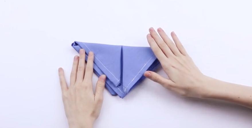 Gấp khăn lại một lần nữa để tạo hình tam giác nhỏ hơn