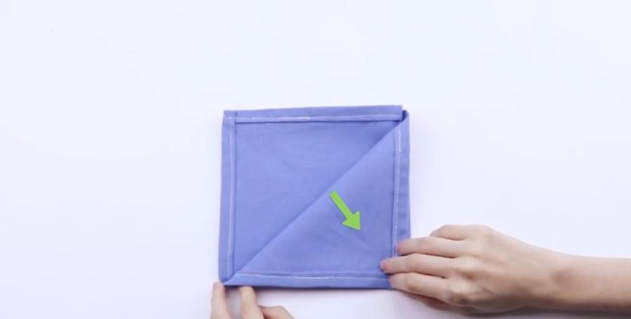 Gấp khăn tạo nên hình tam giác