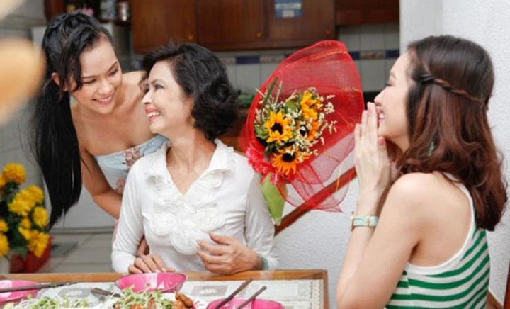 Một bó hoa cũng đủ làm mẹ vui