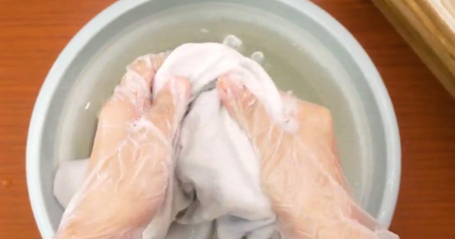 Nên mang găng tay cao su khi sử dụng chất tẩy rửa