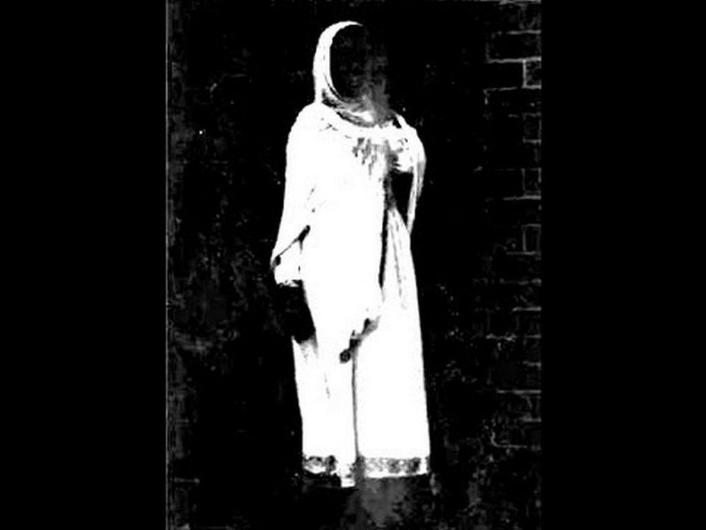 Người đán bà trong tà áo trắng ở dưới biển hiệu HOLLYWOOD (Copy)