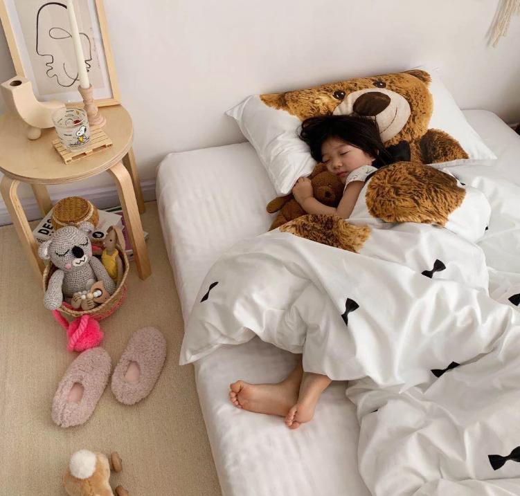 Phòng ngủ ấm cúng thân thiện với gấu bông