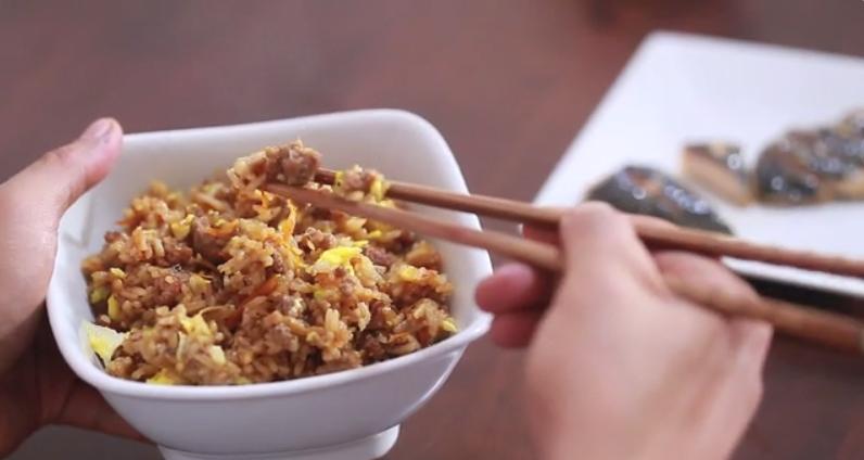 Sẵn sàng xúc cơm khi ăn nhé, có thể nó lạ đối với bạn