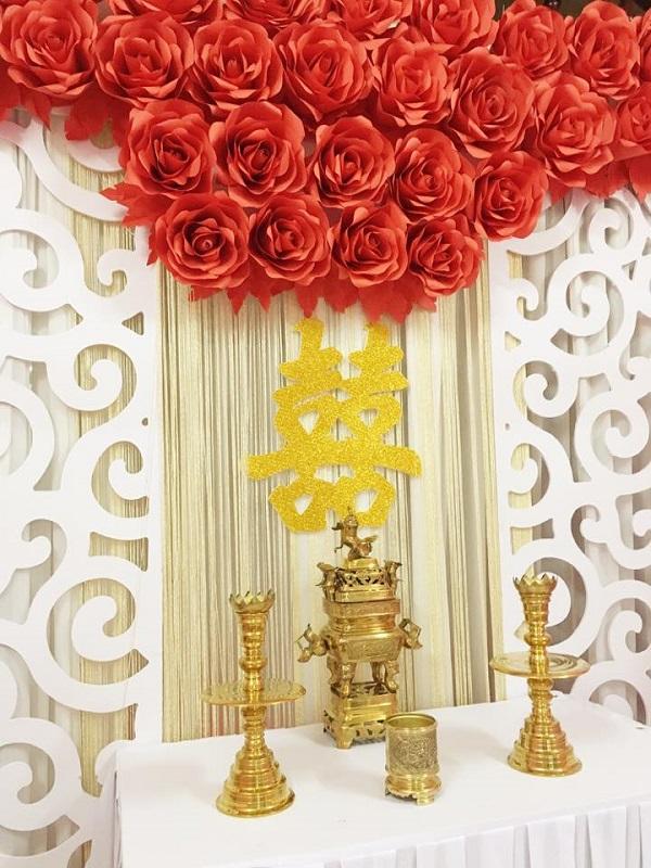 backdrop hoa trang trí bàn gia tiên lễ cưới đơn giản
