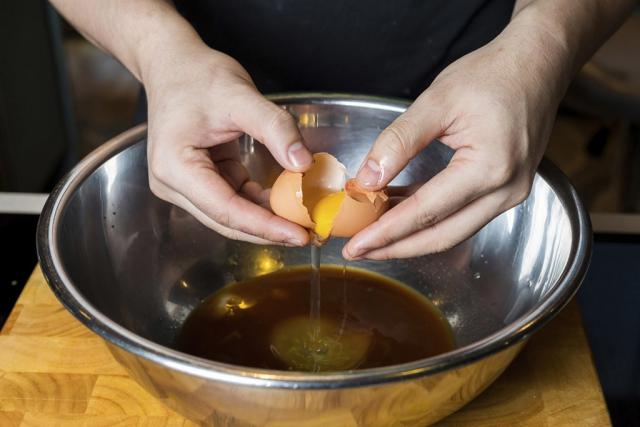 Đập trứng cho vào tô hoặc chén