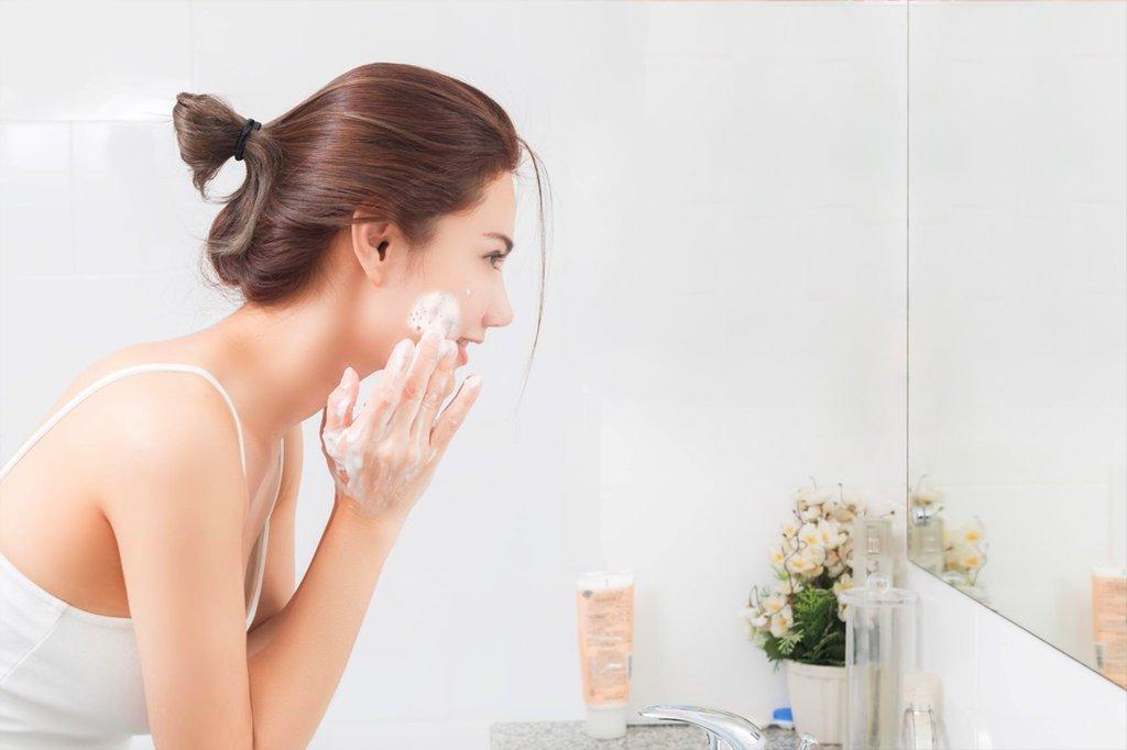 chăm sóc hằng ngày còn giúp chúng ta đẩy lùi khả năng gây mụn đồng thời giúp làm chậm quá trình lão hóa da.