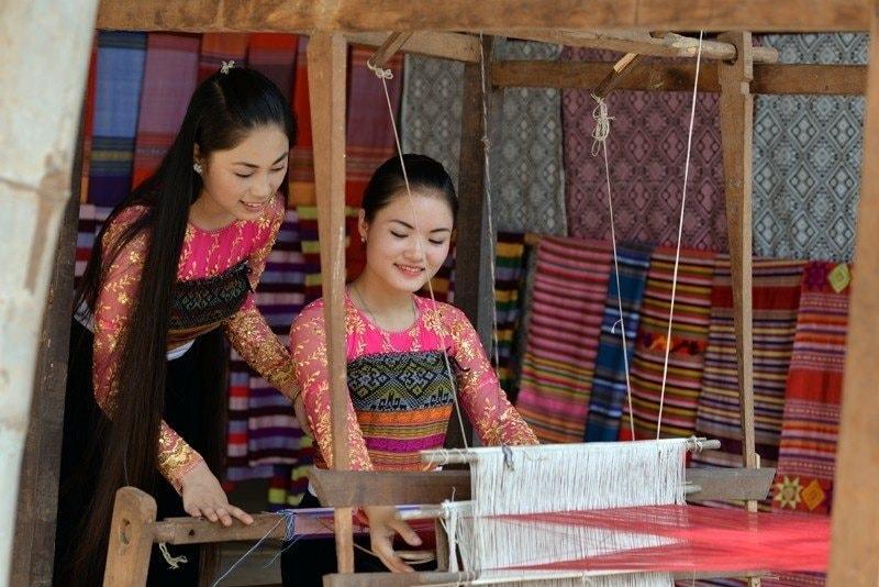 Thiếu nữ dân tộc Thái bên khung cửi