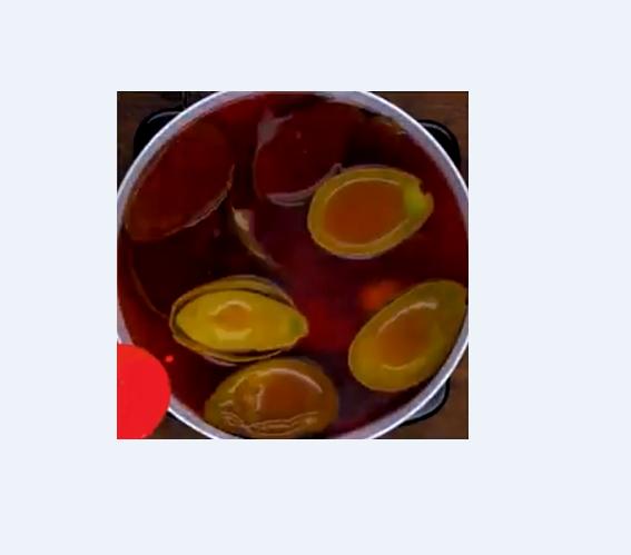 Vỏ và hạt bơ đun sôi với nước thôi ra màu đỏ