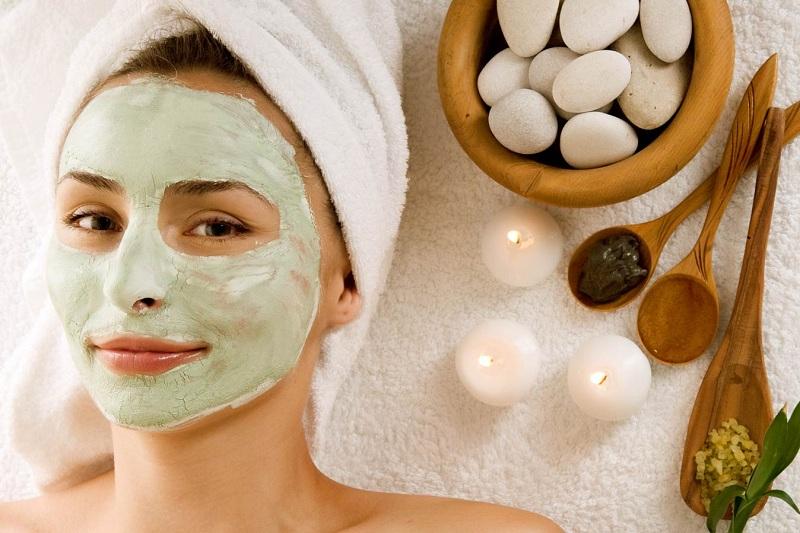 ắp mặt nạ dưỡng ẩm từ các nguyên liệu tự nhiên thường xuyên