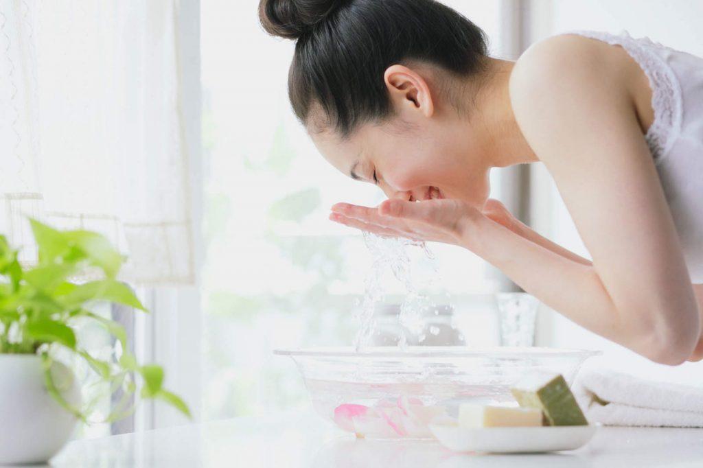 Rửa mặt là một trong những bước quan trọng để bạn sở hữu một làn da sạch sẽ và khỏe mạnh