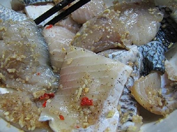 ướp cá trước khi nấu sẻ giúp cá ngon hơn và không bị nát