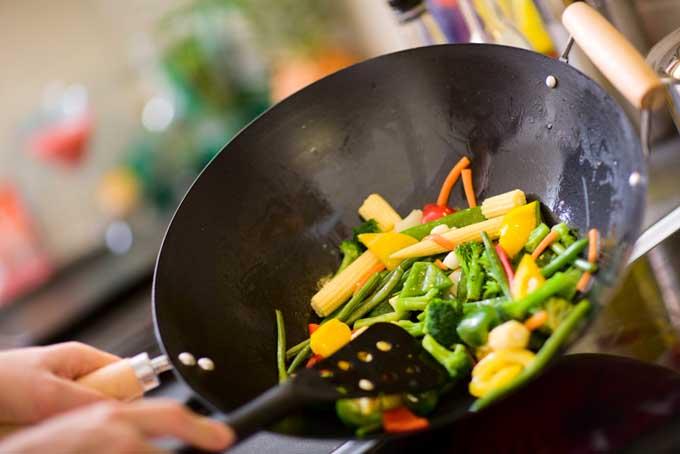 Không bỏ quá nhiều thực phẩm vào chảo khi nấu