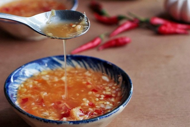 """Nước chấm nên đủ vị chua, cay, mặn, ngọt để bữa ăn đậm đà, """"dễ vào"""" hơn."""