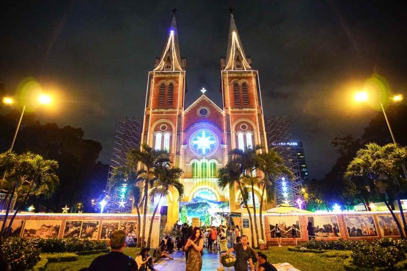 Nhà thờ Đức Bà lộng lẫy dịp Giáng sinh