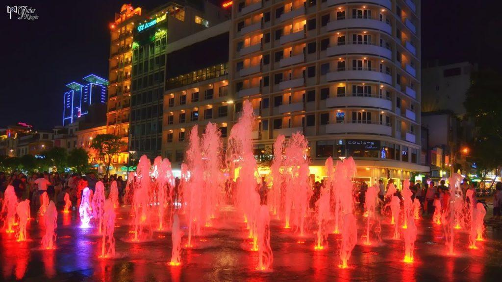 Phố đi bộ Nguyễn Huệ con đường tơ lụa dịp Giáng Sinh
