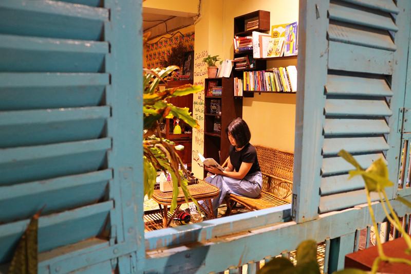Tôi nghĩ việc đọc sách ở ngoài quán trà đá cũng là một niềm vui không tồi.