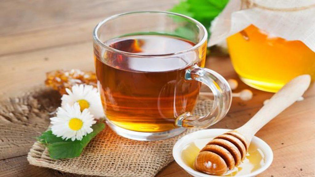 Uống một li nước mật ong ấm khi thức dậy