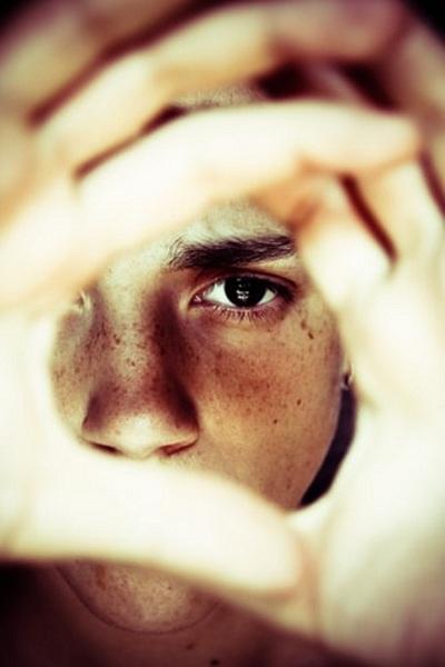 Đừng nên dừng ánh mắt vào 1 người quá lâu