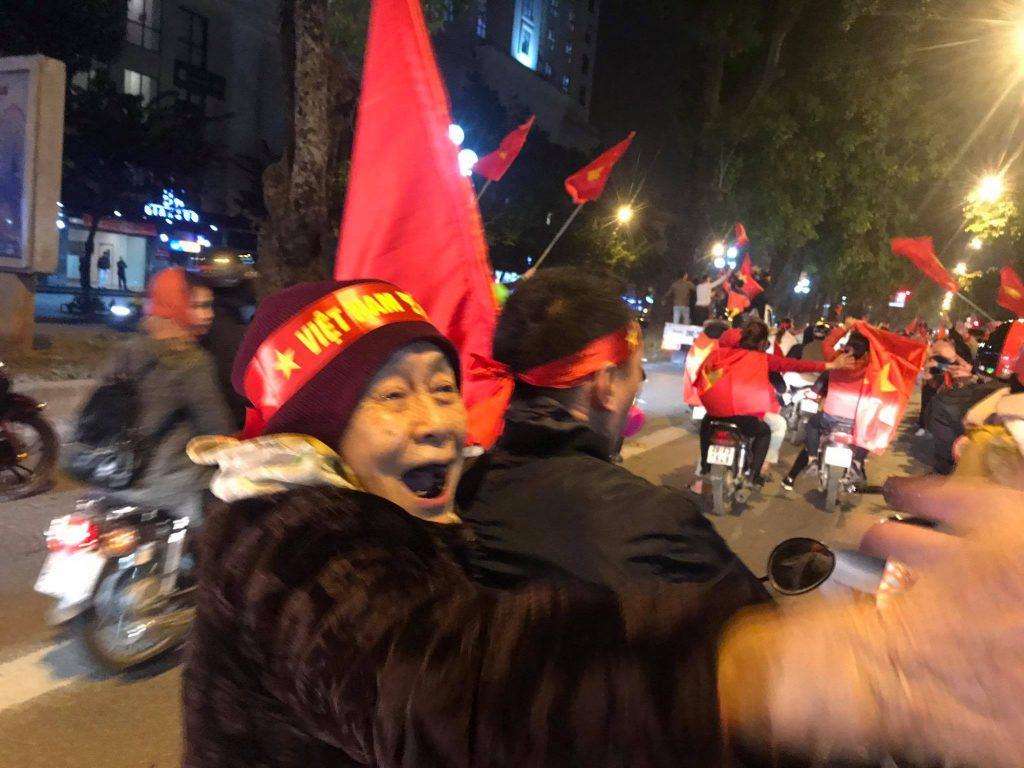 bà cụ ăn mừng chiến thắng của tuyển Việt Nam