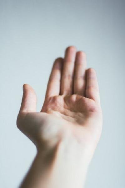 Mở rộng lộ rõ lòng bàn tay khiến bạn trông tự tin hơn