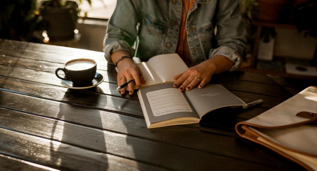 Đọc sách giúp rèn khả năng nhớ.