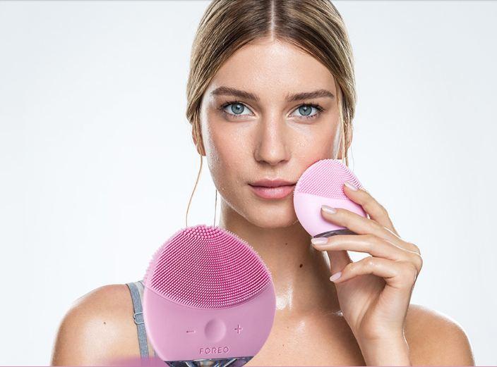 Máy rửa mặt giúp bạn làm sạch sâu hơn hẳn so với cách rửa thông thường