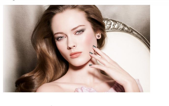 Một trong các bước chăm sóc da là sử dụng kem dưỡng ẩm