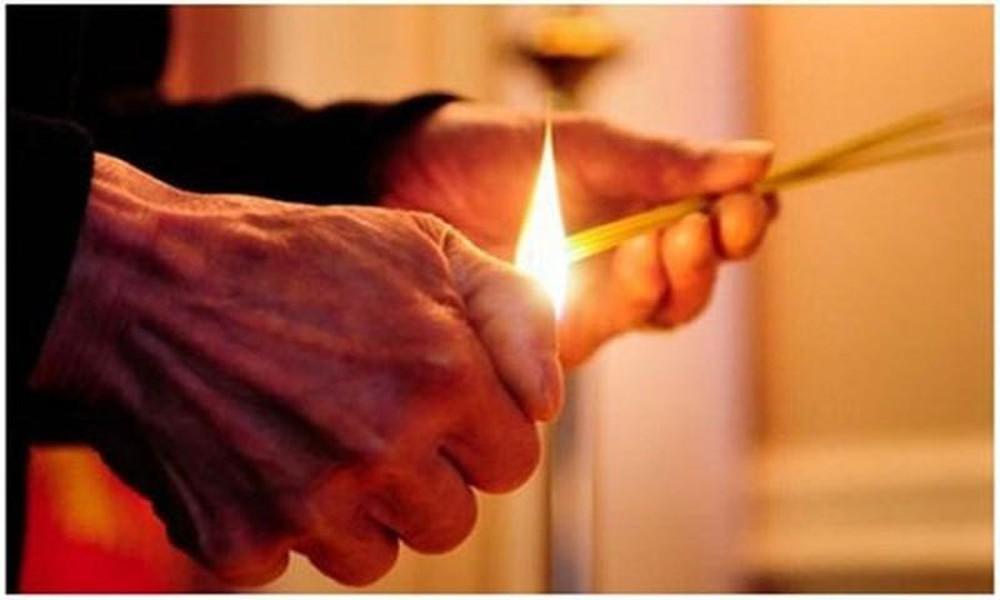 Nên thắp hương thông báo về việc sẽ dọn dẹp ban thờ gia tiên.