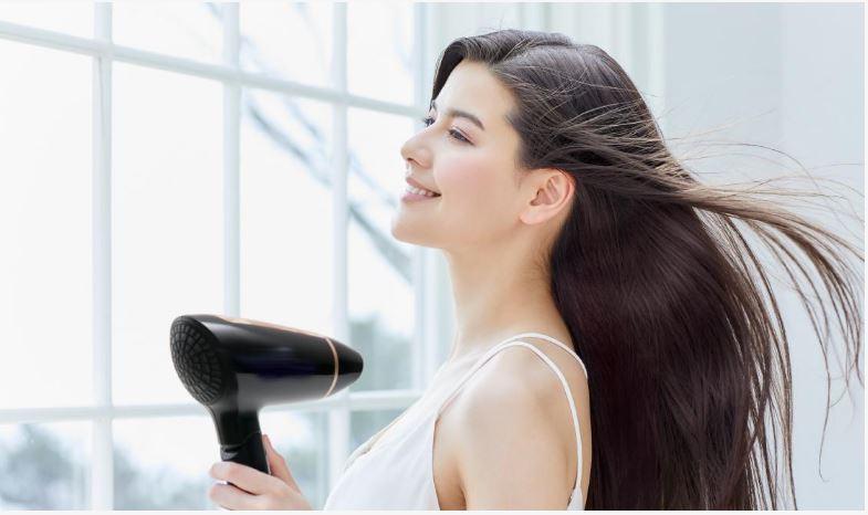 Nhờ có máy sấy mà giúp tóc nhanh khô tiết kiệm được nhiều thời gian