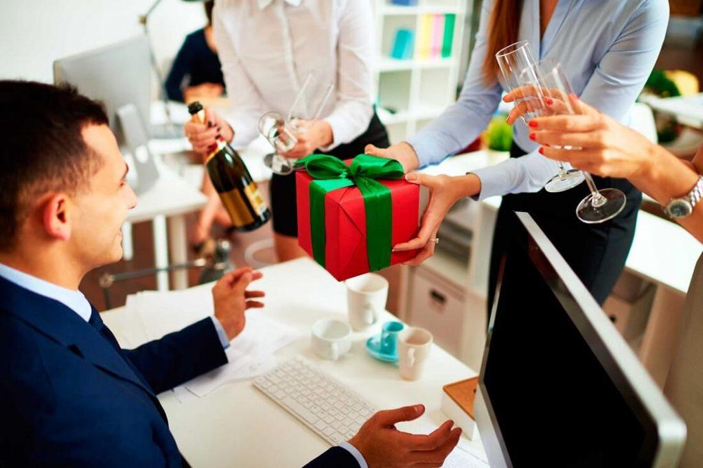 Việc nghĩ quà tặng sếp dịp Tết khiến nhiều người không khỏi đau đầu.