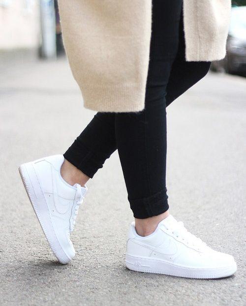những đôi giày trắng