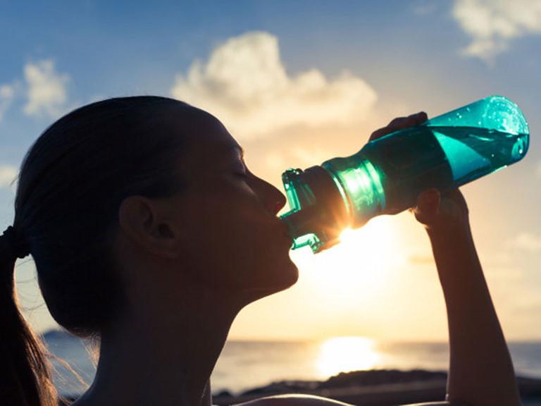 uống nước từ chai nhựa để ngoài trời nắng nóng
