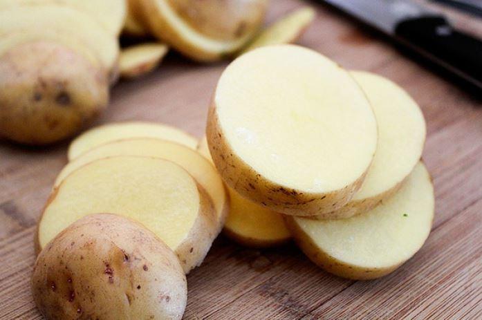Tinh bột khoai tây giúp hấp thụ bớt mặn