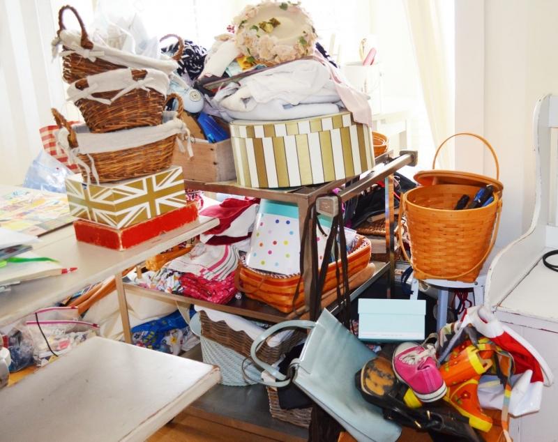Vứt bỏ bớt các vận dụng không cần thiết để dọn sạch không gian sống.