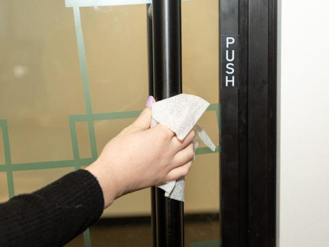 Không sử dụng tay trần để mở cửa